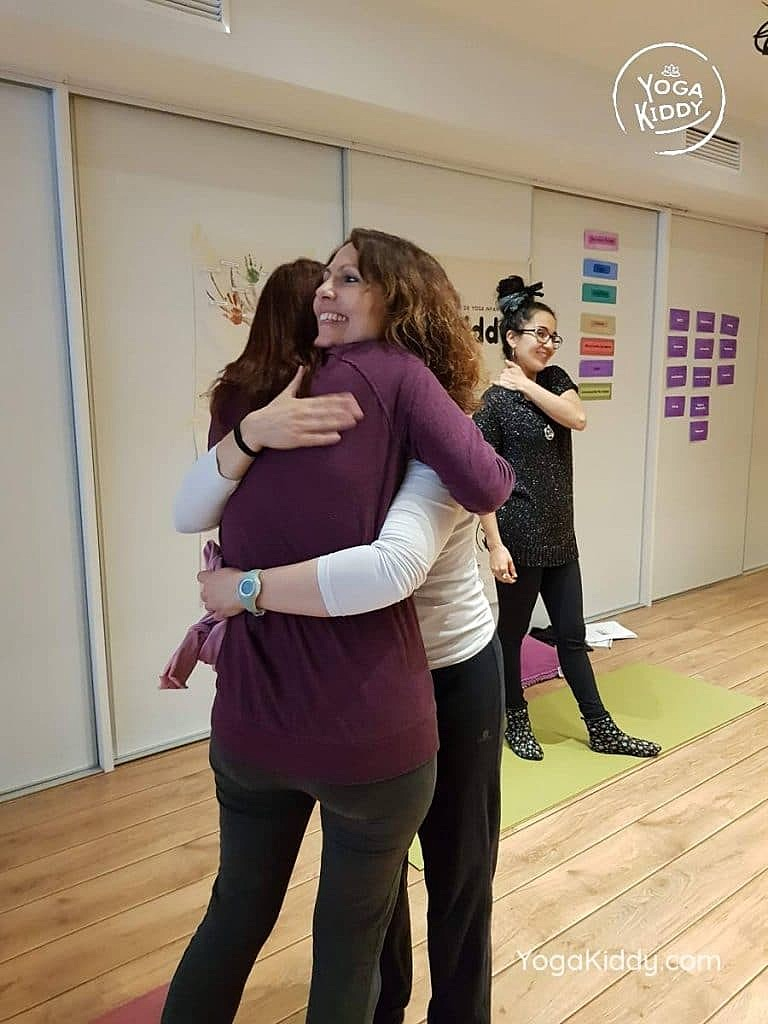 yoga-para-niños-barcelona-espana-formación-monitor-instructurado-profesor-yoga-infantil-yogakiddy_40-768x1024
