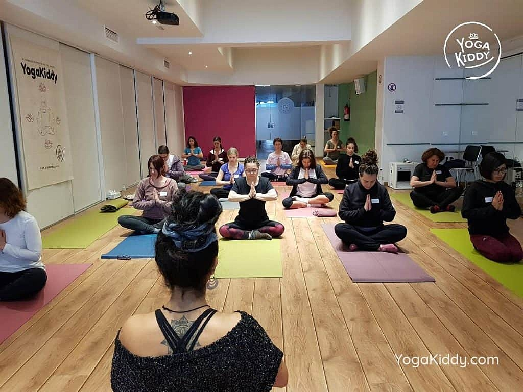 yoga-para-niños-barcelona-espana-formación-monitor-instructurado-profesor-yoga-infantil-yogakiddy_67-1024x768