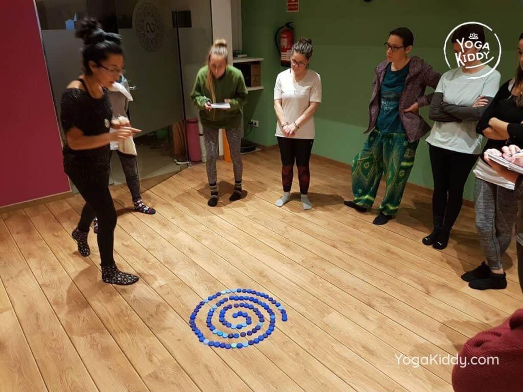 yoga-para-niños-barcelona-espana-formación-monitor-instructurado-profesor-yoga-infantil-yogakiddy_23-1024x768