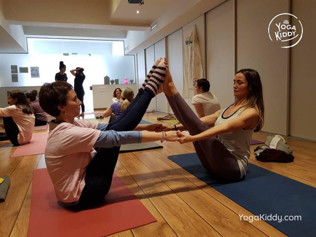 yoga-para-niños-barcelona-espana-formación-monitor-instructurado-profesor-yoga-infantil-yogakiddy_64-1024x768