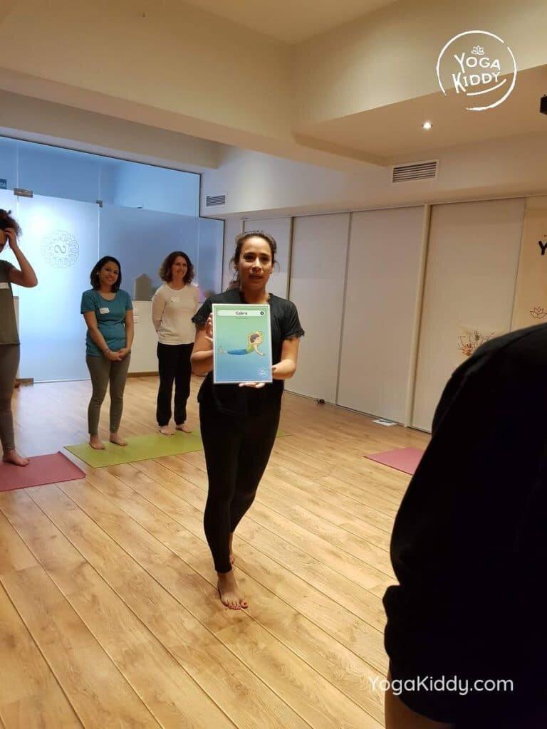 yoga-para-niños-barcelona-espana-formación-monitor-instructurado-profesor-yoga-infantil-yogakiddy_48-768x1024