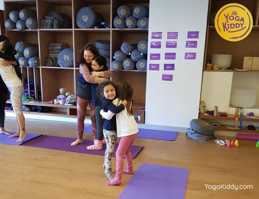 Las-caricias-en-el-yoga-infantil-ninos-yogakiddy