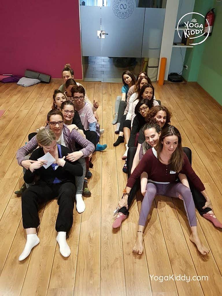 yoga-para-niños-barcelona-espana-formación-monitor-instructurado-profesor-yoga-infantil-yogakiddy_53-768x1024