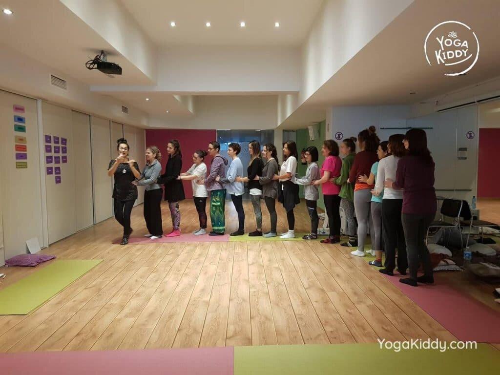 yoga-para-niños-barcelona-espana-formación-monitor-instructurado-profesor-yoga-infantil-yogakiddy_31-1024x768