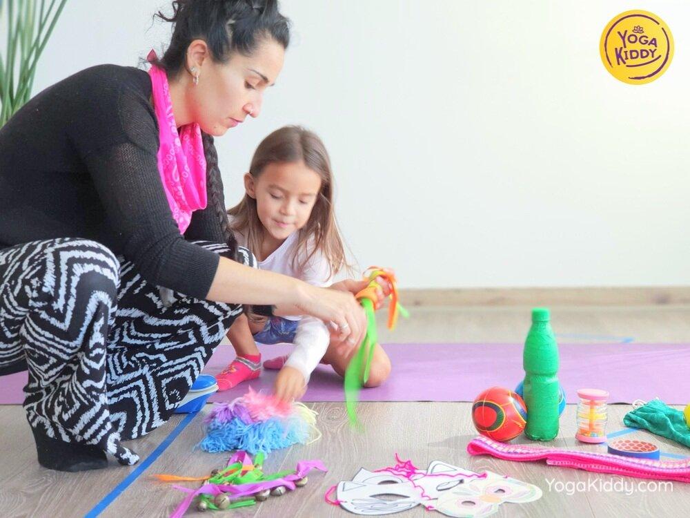 Luz y Peggy preparando el material utilizado en las actividades