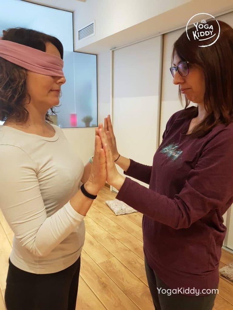 yoga-para-niños-barcelona-espana-formación-monitor-instructurado-profesor-yoga-infantil-yogakiddy_33-768x1024