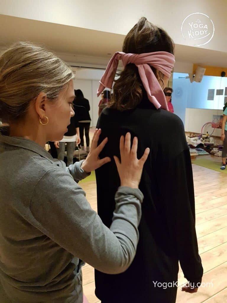 yoga-para-niños-barcelona-espana-formación-monitor-instructurado-profesor-yoga-infantil-yogakiddy_38-768x1024