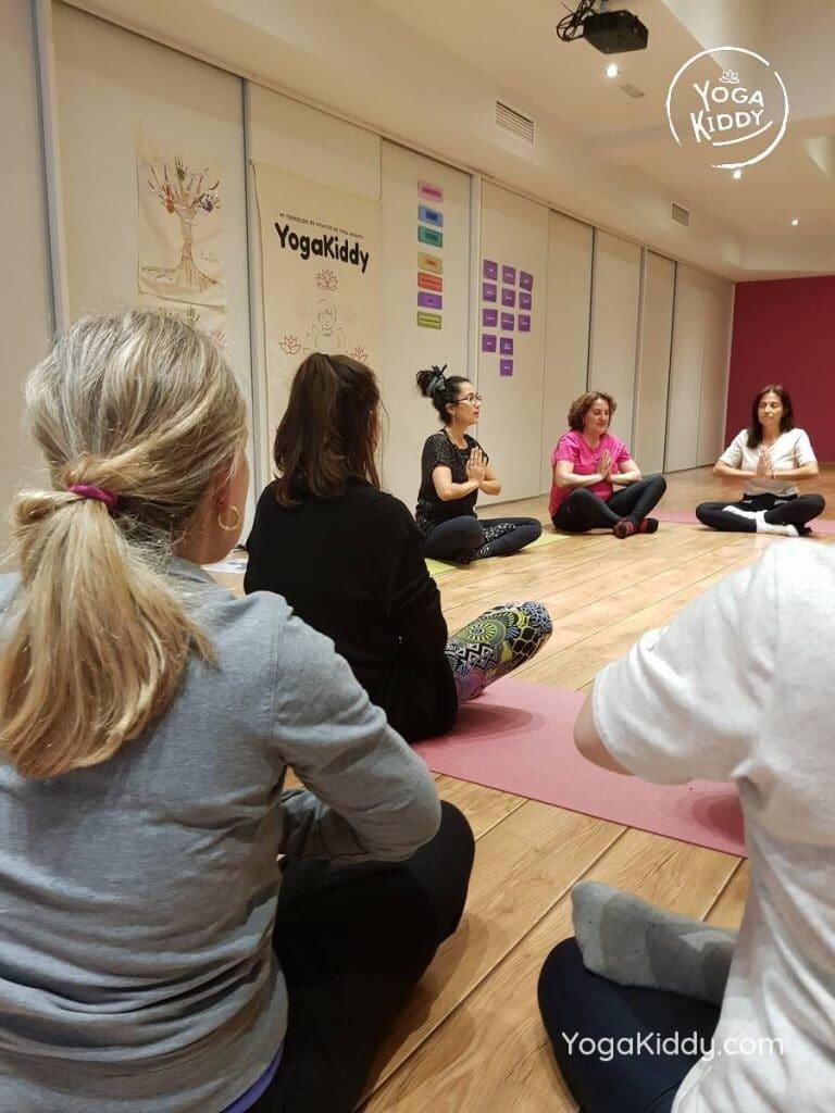 yoga-para-niños-barcelona-espana-formación-monitor-instructurado-profesor-yoga-infantil-yogakiddy_26-768x1024