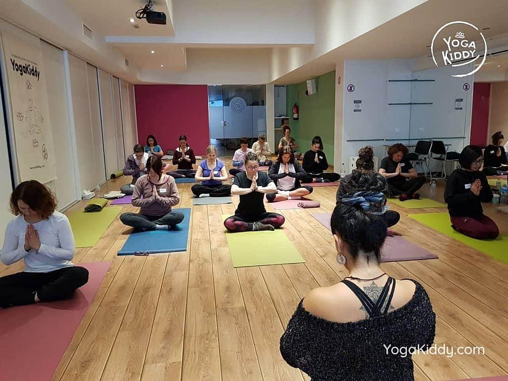yoga-para-niños-barcelona-espana-formación-monitor-instructurado-profesor-yoga-infantil-yogakiddy_68-1024x768