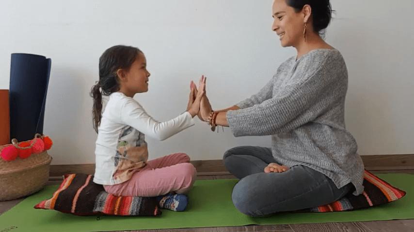 Mangala Charan Mantra para niños y niñas - Yogakiddy