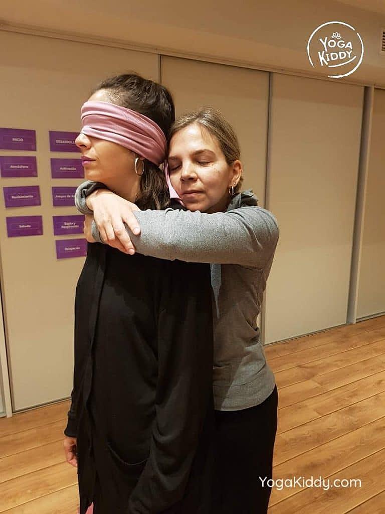yoga-para-niños-barcelona-espana-formación-monitor-instructurado-profesor-yoga-infantil-yogakiddy_35-768x1024